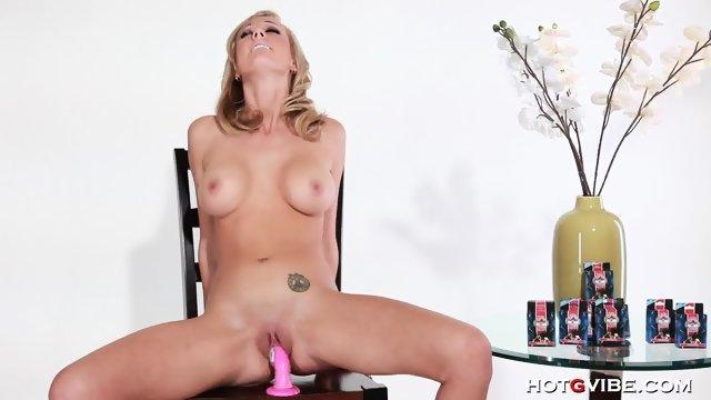 Блондинка запихивает пальчики вглубь влагалища