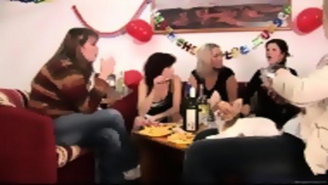 На вечеринке хорошенько трахнули девушек