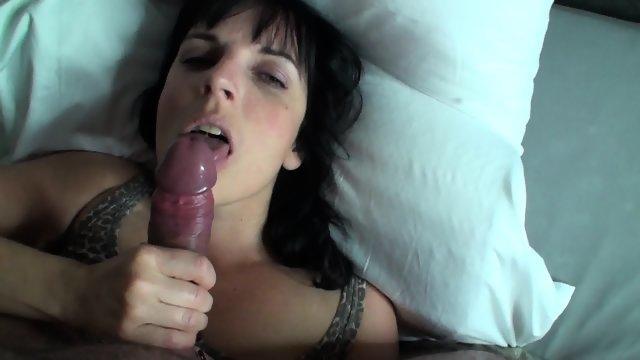 Похотливая сучка мастерски ласкает пенис от первого лица