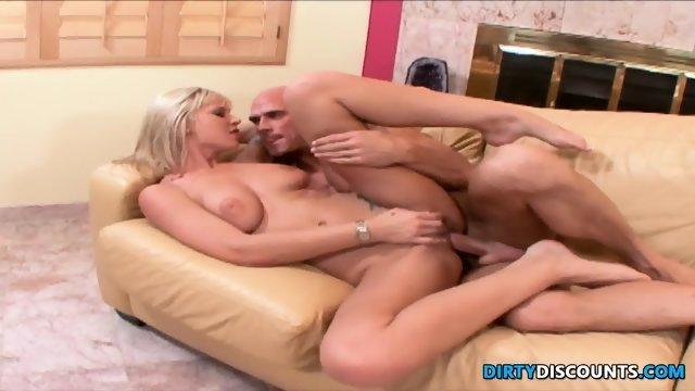 Горячая блондинка раздвинула ножки перед лысым парнем