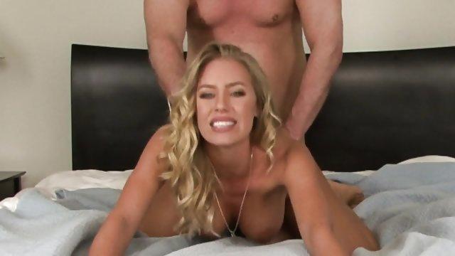 Длинноволосая блондинка Николь Энистон трахается в спальне