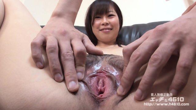 Ласкает волосатую киску азиатской девушки