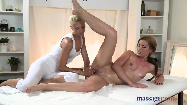 Блондинка делает эротический массаж красотке