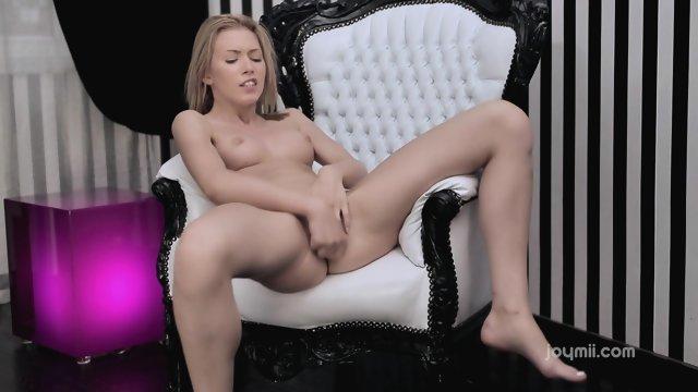 Стройная блондинка смогла себя довести до оргазма