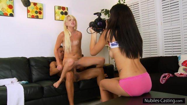 Брюнетка снимает на камеру секс своей подружки