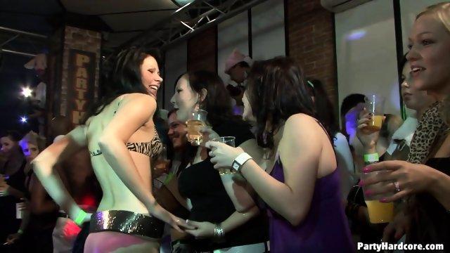 Вечеринка с очень раскрепощенными девушками