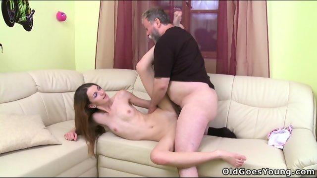 Молодой парень разрешил деду трахнуть его девушку
