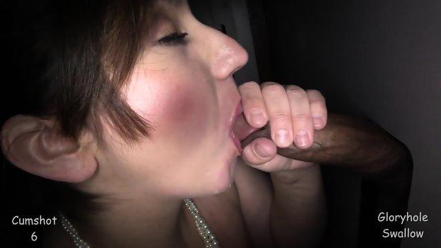 Она удовлетворила парней через дырки в стене