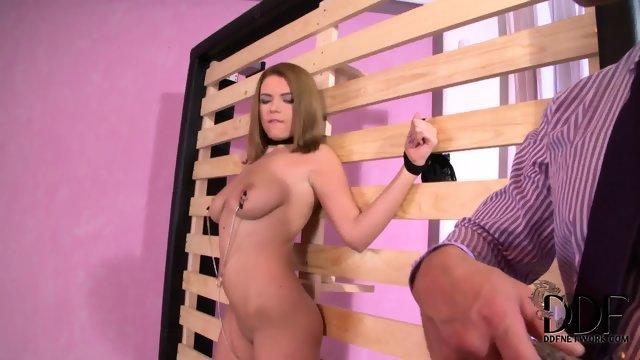 Парнишка наказал девушку с потрясающими сиськами