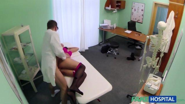 Доктор раскрутил на секс пациентку в чулках