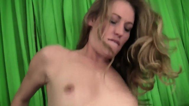 Мужик предложил молодой блондинке в чулках секс