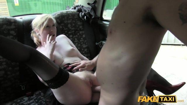Трах в такси с раскрепощенной блондинкой
