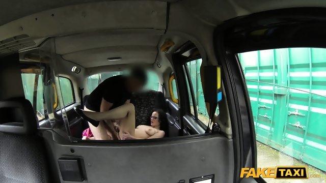 Брюнетка осталась довольна сексом с таксистом