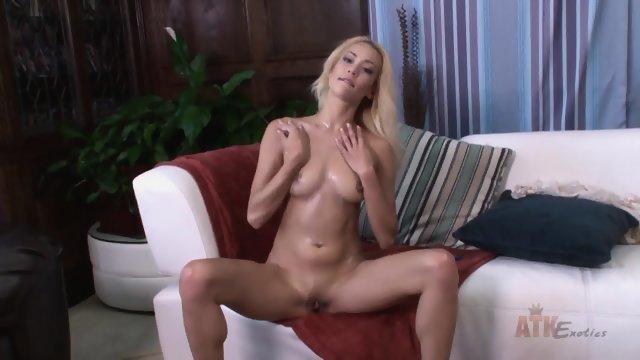 Блондинка на диване занимается соло мастурбацией
