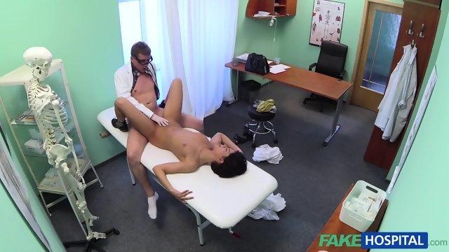 Доктор перед скрытой камерой трахнул пациентку