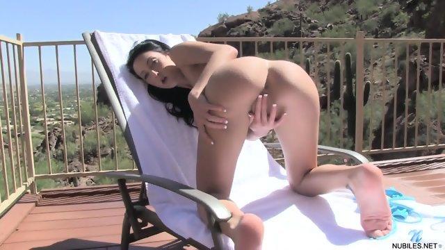 Потаскушка на лежаке мастурбирует пизденку
