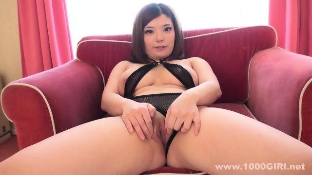 Азиатская девка показала сладенькую киску