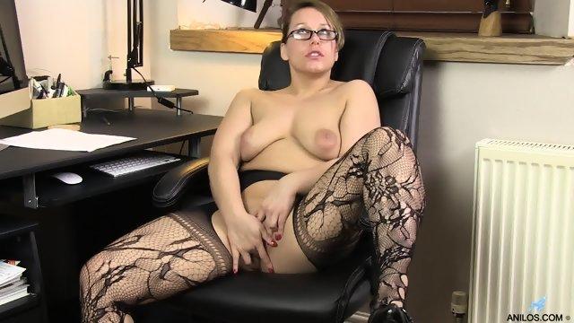 Секретарша мастурбирует свою широкую пизду