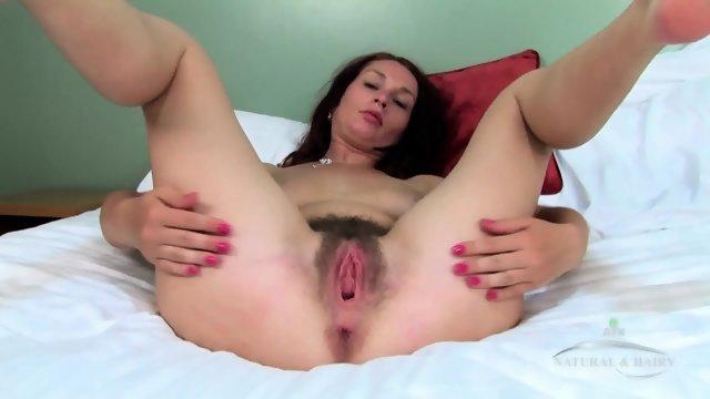 Потаскуха мастурбирует волосатую вагинальную дырку