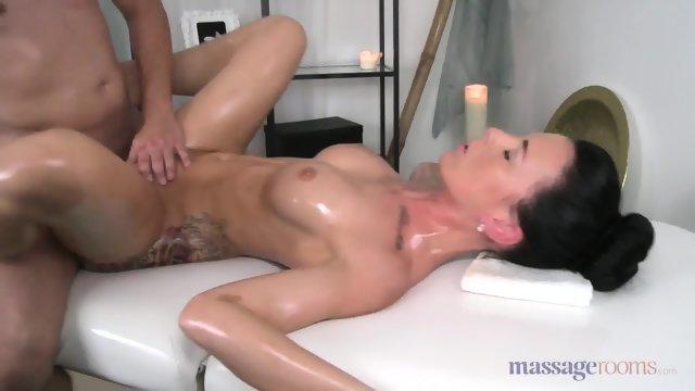 Массажист довел намасленную брюнетку до оргазма