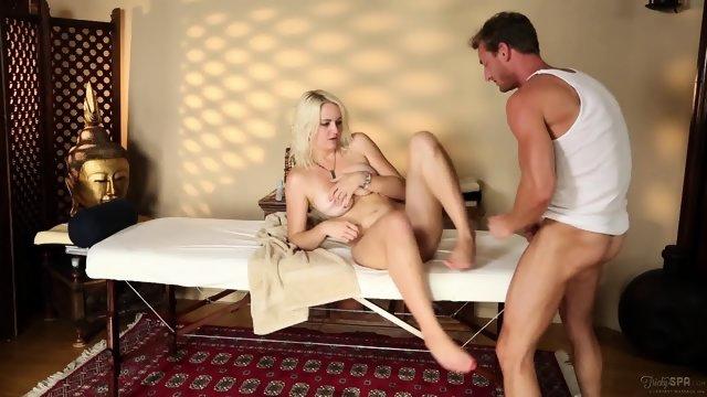 Блондинка с массажистом развлекается на кушетке