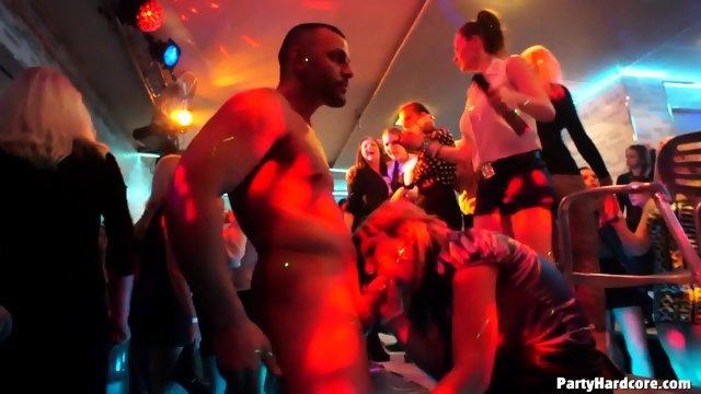 На вечеринке парни трахнули доступных девушек