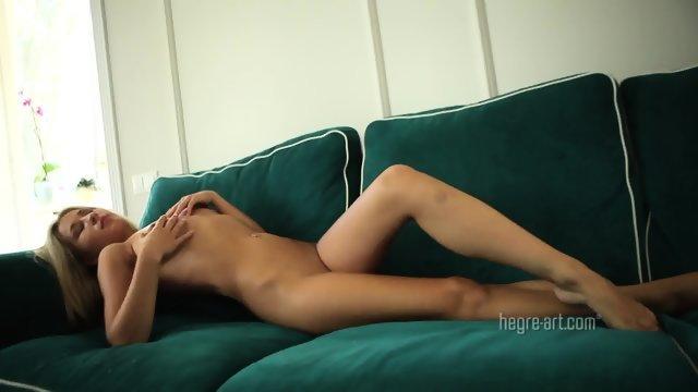 Похотливая блондинка хвастается своим телом