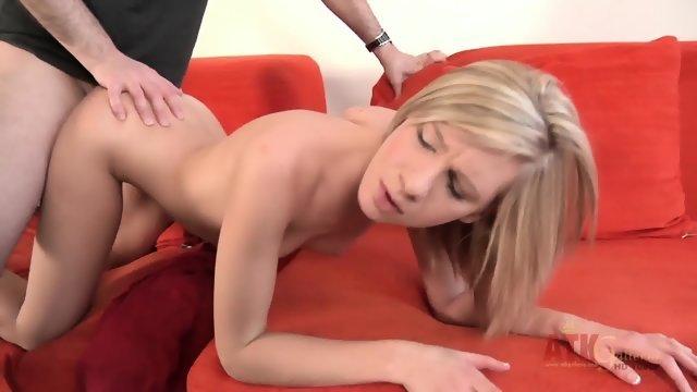 Блондинка с маленькими сиськами тащится от проникновения