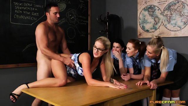 Блондинка учит молоденьких девушек заниматься сексом