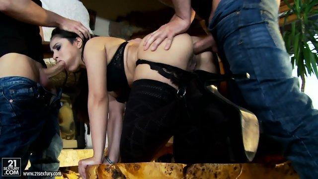 Жгучая брюнетка согласилась на секс с двумя чуваками
