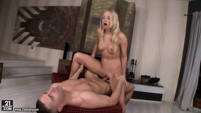 Блондинистой девушке сует половой член между ножек