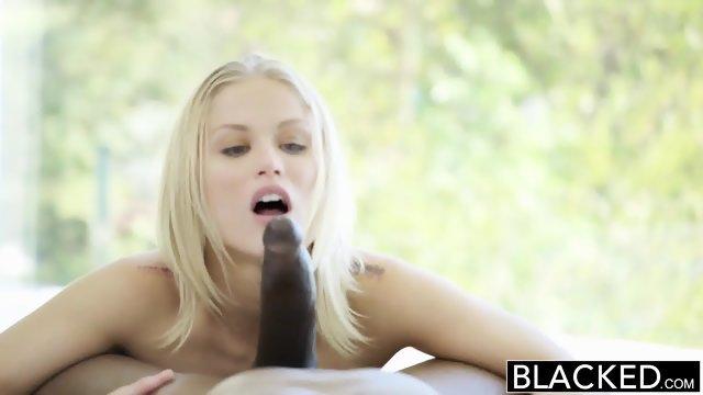 Получает сексуальное удовольствие во время ебли с негром