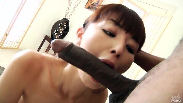 Азиатская девушка отсосала член темнокожего паренька