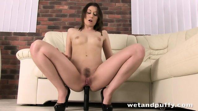 Красавица на диване занимается анальной мастурбацией