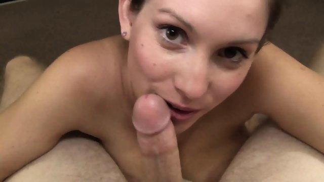 Очаровательная девушка решилась на любительское порно