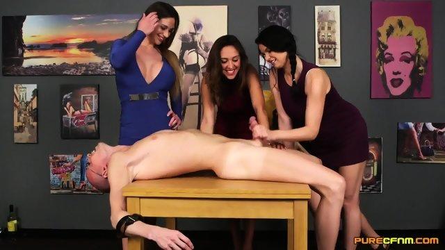 Три красавицы уложили мужика на стол и подрочили его член