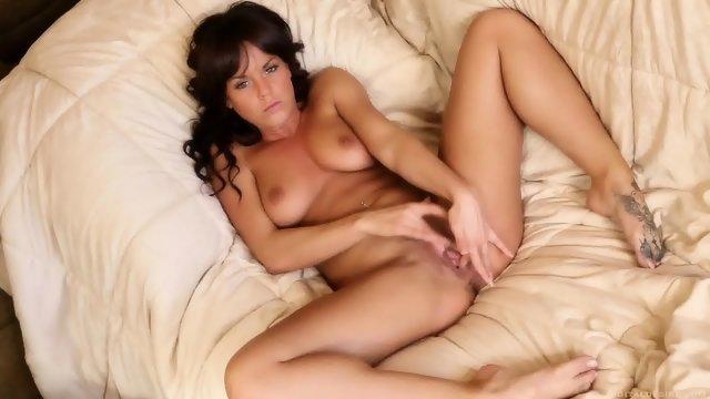 Любвеобильная девушка массирует пальцами пизденку