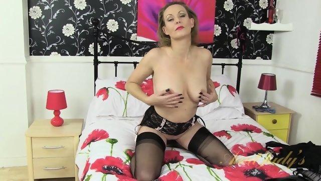 Женщина на кроватке мастурбирует промежность