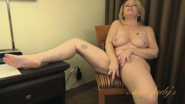 Опытная блондинка развлекается с новой секс игрушкой