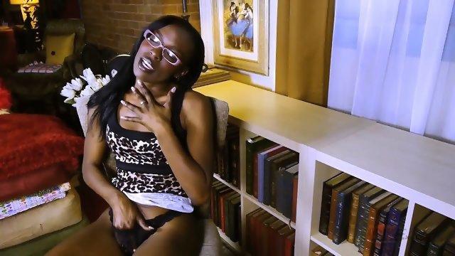 Негритянка в очках по мастурбировала шоколадную дырку