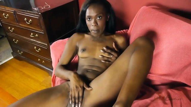 Негритянка расставила ножки и подрочила вагину