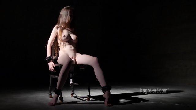 Раскованная девица прислонилась киской к вибратору