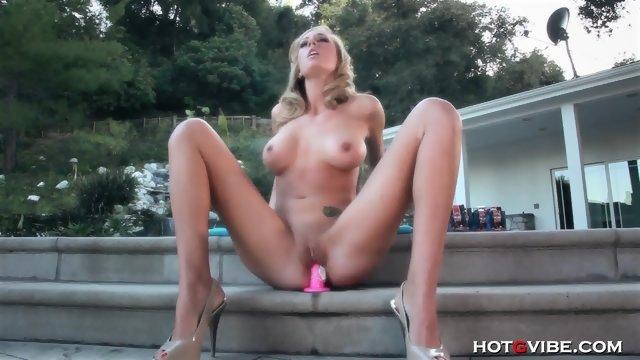 Восхитительная девушка присаживается на секс игрушку