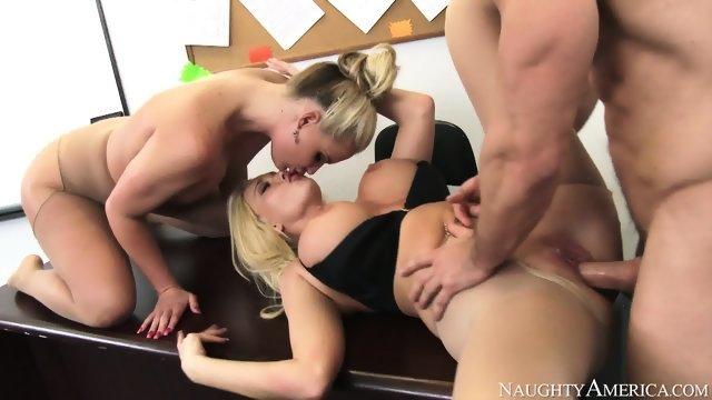 Две блондинки удовлетворили красавчика в офисе