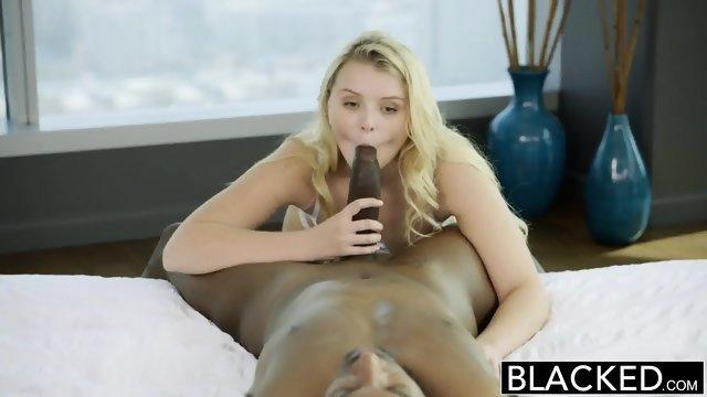 Развратная девушка подцепила темнокожего паренька