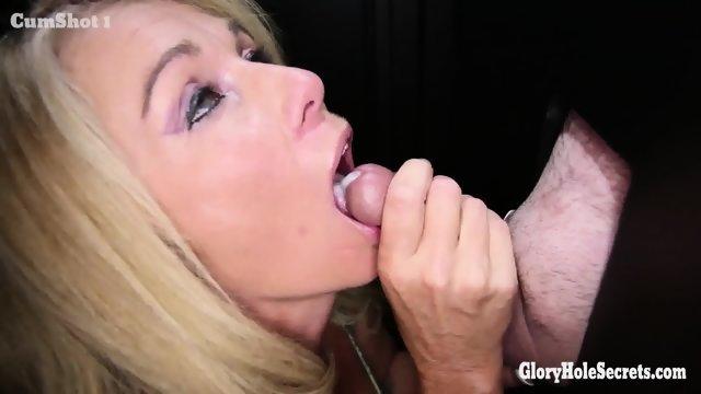 Зрелая и опытная блондинка отсасывает член через стену