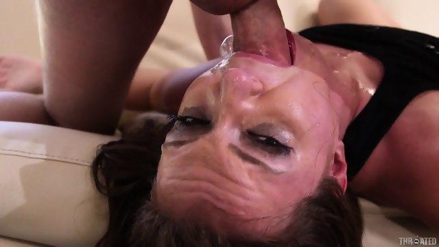 Девушка заглатывает пенис по самую глотку