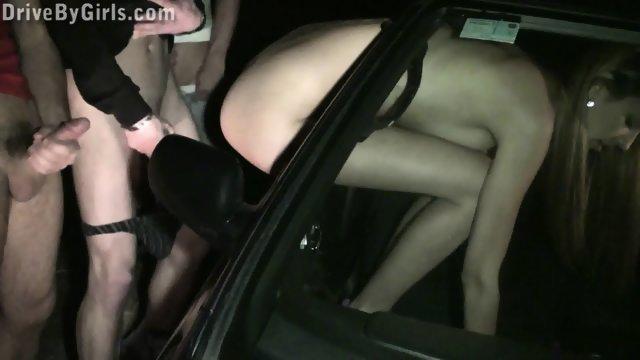 Тощую шлюшку трахают парни на улице