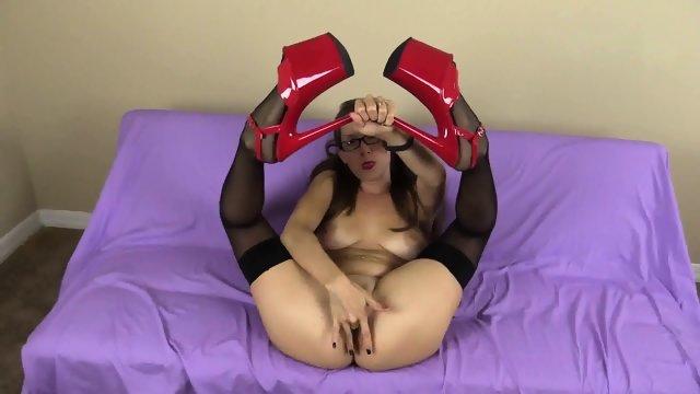 Рыжая телка получает удовольствие от мастурбации