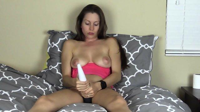 Хорошенькая мастурбация перед дешевой видеокамерой